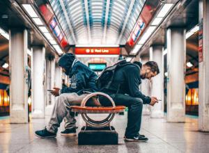 dati - viaggiatori con smartphone